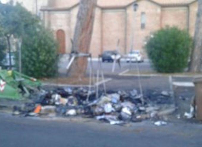 Cassonetti e campane bruciati in via Maroncelli, danni per 2000 euro