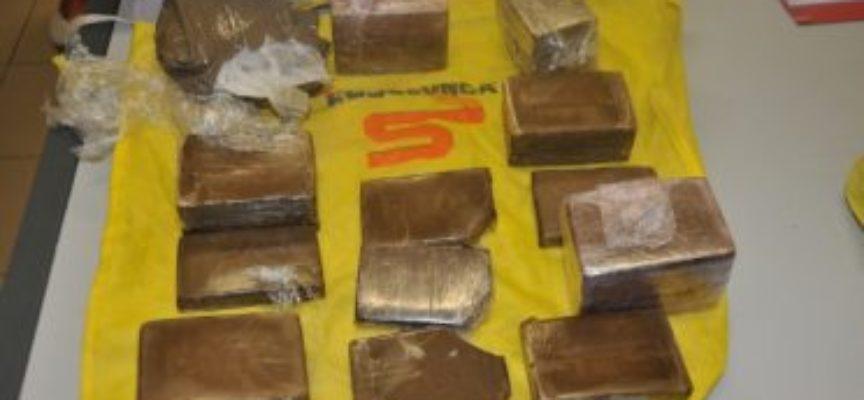 LUCCA – Lancia una  borsa con 3 kg di  droga sulla  macchina della  polizia  e fugge