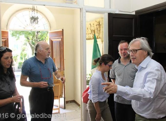 BARGA – Vittorio Sgarbi alla Fondazione Ricci Onlus si complimenta per la mostra su Vittorini e per la valorizzazione delle produzioni artistiche del territorio