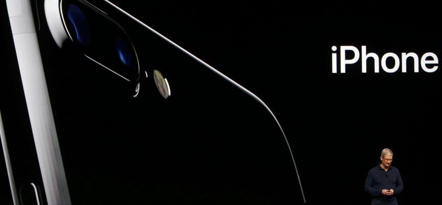 Ecco iPhone 7: doppia fotocamera, niente jack audio, super batteria e resistente all'acqua