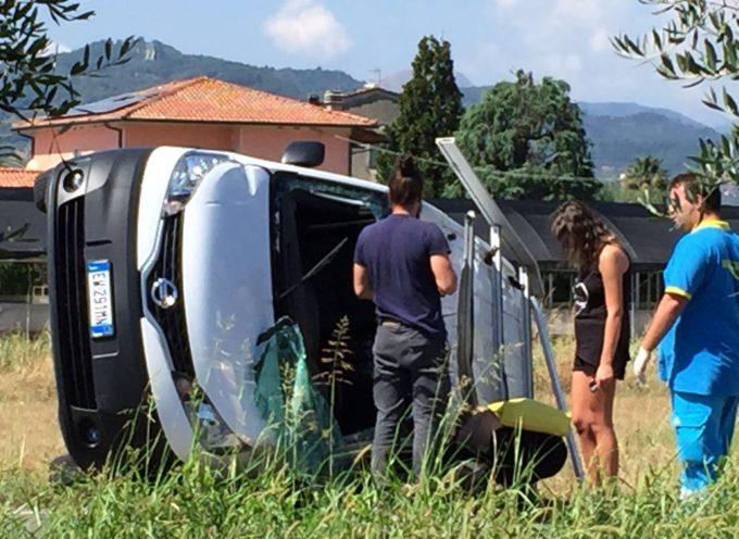 marlia – Si ribalta un furgone dopo lo scontro all'incrocio, maledetto