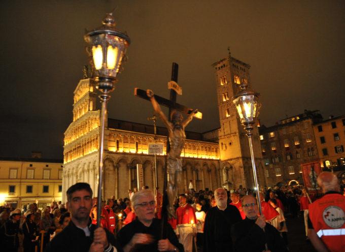 Lucca celebra la Santa Croce: la luminara sfila  per le strade del centro