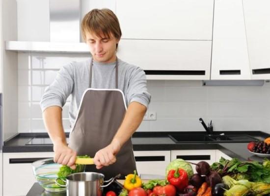 """Lavori di casa: un nuovo studio svela che gli uomini di tutto il mondo sono sempre più """"casalinghi""""."""