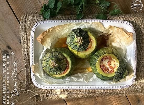 Zucchine tonde ripiene di ragù e verdure al garam masala. Dagli avanzi a volte si ottengono i miracoli…
