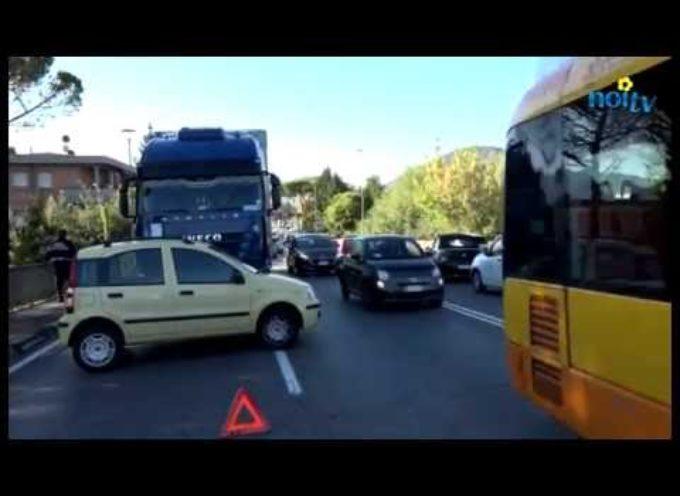 Traffico in tilt a Lucca per un incidente sul viale Europa