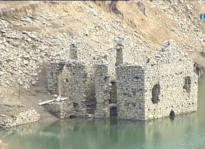 Il lago di Vagli si abbassa ed è caccia ai tetti di Fabbriche di Careggine