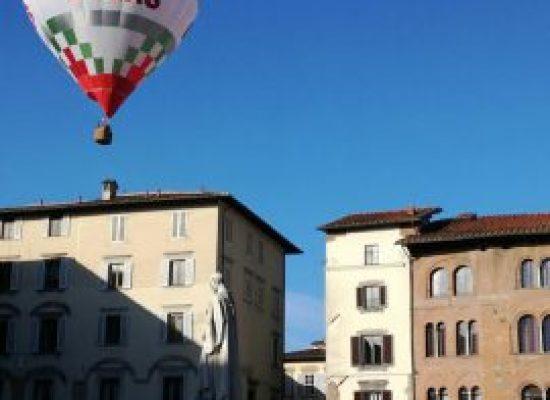 Una mongolfiera vola nel cielo limpido e terso di Lucca