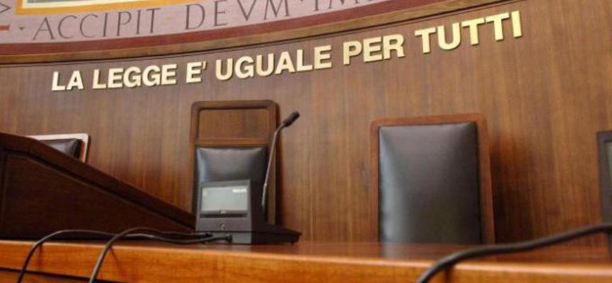 TOGLIETE LE TARGHE LA GIUSTIZIA E' UGUALE PER TUTTI DAI TRIBUNALI ITALIANI! IPOCRITI!
