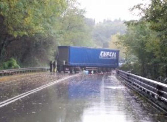 Tir contro auto a Ponte a Moriano, muore una donna