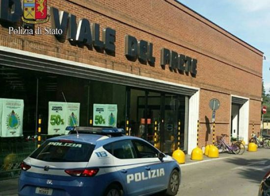 lucca – minacciava i clienti del supermercato fermato e raggiunto dal foglio di via