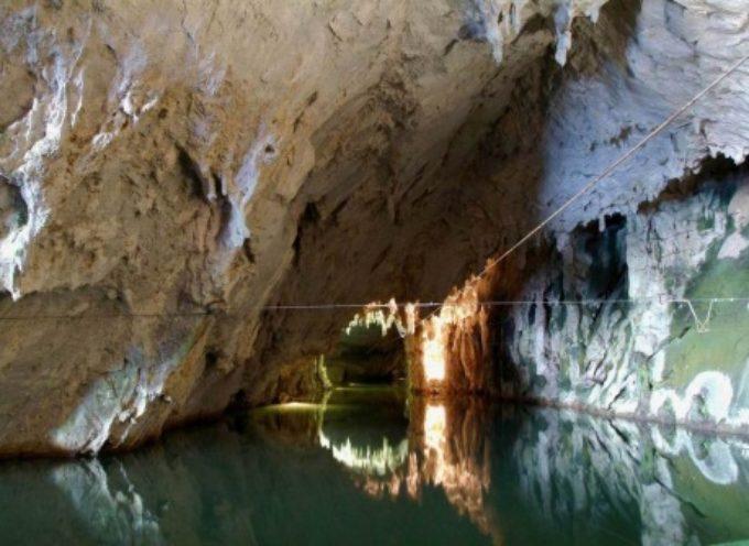<< Le Grotte e l'Acqua>>   << La scienza spiegata in una serata alla Sezione CAI di Castelnuovo >>