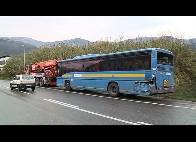 Incidente tra autobus e tir, traffico in tilt a Diecimo