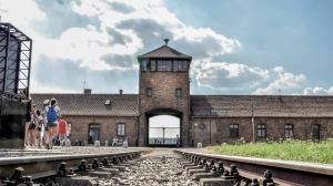 krakkow-auschwitz-bikernau-museum-camp-1500x850