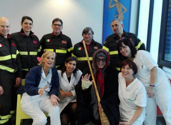 Grande festa in Pediatria a Lucca per la Befana dei Vigili del Fuoco