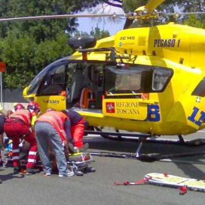 E' caduto con la motocicletta sulla la Bretella tra Lucca e Massarosa e si è provocato la frattura  di una gamba e di un braccio.