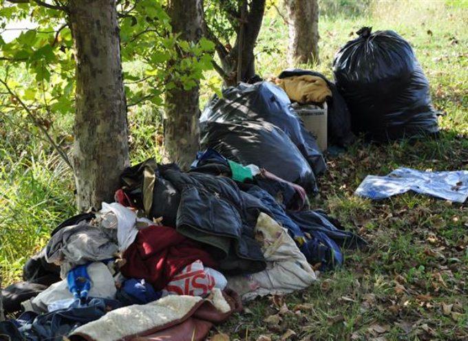 Abbandonava rifiuti domestici e ingombranti nella golena del fiume. Preso dalla Pm, ora deve pagare 26.000 euro e rischia l'arresto