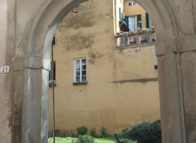 Palazzo Orsetti: si restaura il portone del giardino. A giorni verrà ricollocato all'entrata