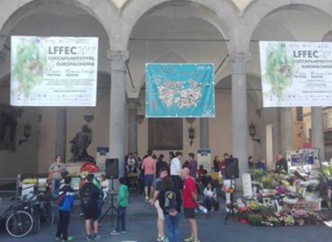 Lucca è viva e stracolma di gente.