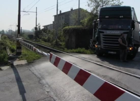 PROBLEMI a Lucca al passaggio a livello di via di Tiglio.
