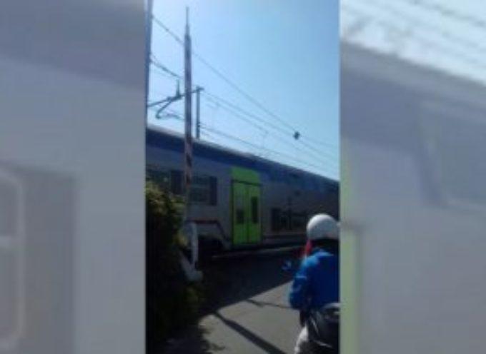 il treno passa con le sbarre alzate, ancora una volta, problema irrisolto……