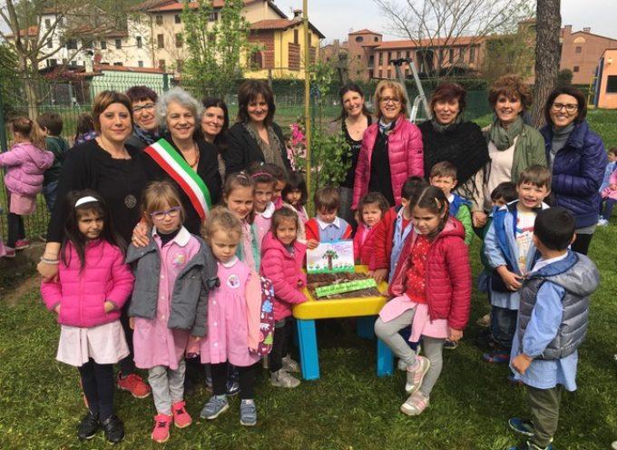 Messo a dimora alla scuola Rodari un albero donato dai genitori