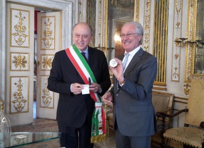 Il sindaco Tambellini consegna all'imprenditore Wolfgang Reitzle la medaglia del Comune di Lucca