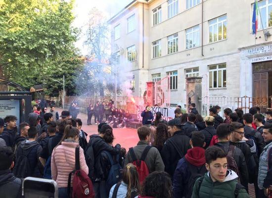 lucca – scuola: sciopero degli studenti davanti all'istituto Nottolini