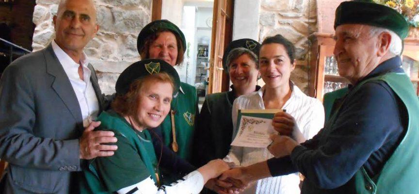 la zuppa lucchese di magro consegnato il premio  all 'agriturismo pian di fiume
