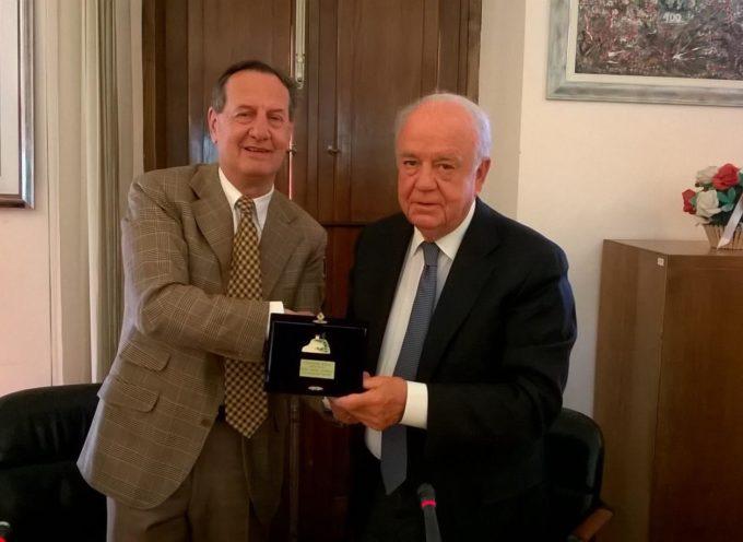 """Consegnata questa mattina dal Sindaco di Porcari; Alberto Baccini, la """"Torretta D'Oro"""" al dottor Arturo Lattanzi"""