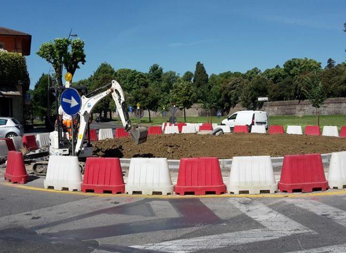 Finiti in due giorni i lavori dei cordoli e del riempimento con la terra della rotatoria del Celide.