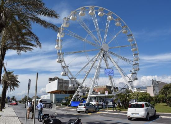 LIDO DI CAMAIORE – Sconti sulla ruota panoramica per gli ospiti di hotel e bagni