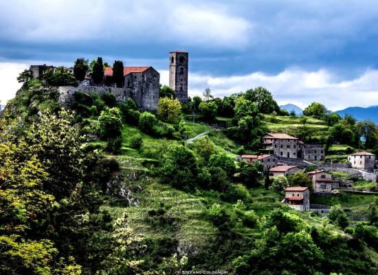 Il piccolo borgo di Sassi si trova nel Comune di Molazzana