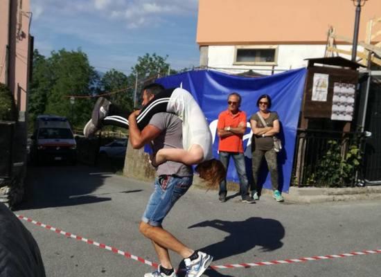 """CAREGGINE – si  è svolta  la seconda edizione del """"Garfagnana Wife Carrying"""" ovvero la famosa corsa con la moglie in spalla"""