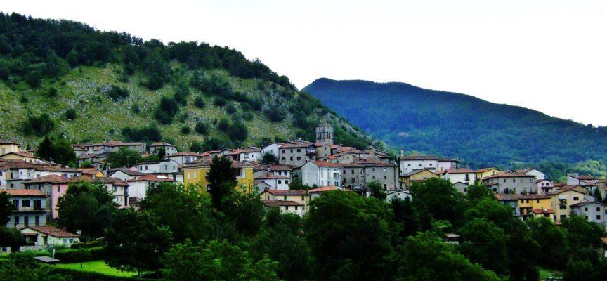 CORFINO: il paese, ai piedi del monte Pania e vicino all'Orecchiella