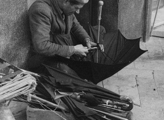 L'ombrellaio è un antichissimo mestiere, ormai scomparso.