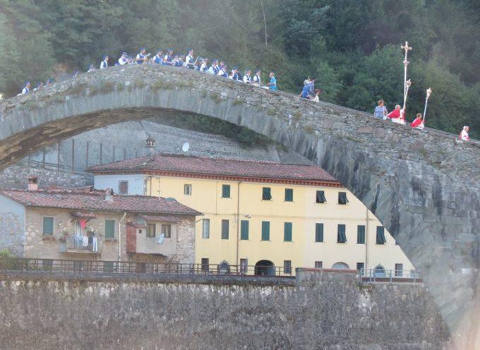 La Misericordia di Borgo a Mozzano ha celebrato il centenario delle apparizioni di Fatima con una solenne processione