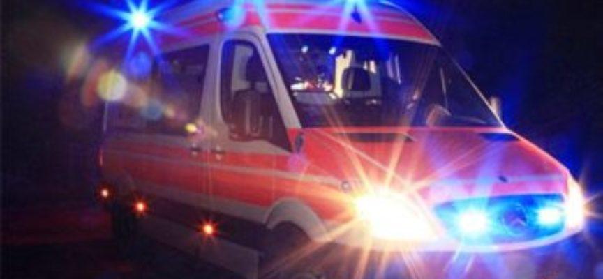 un giovane di 24enne non risponde alle chiamate, il medico del 118 entra in casa e lo trova morto