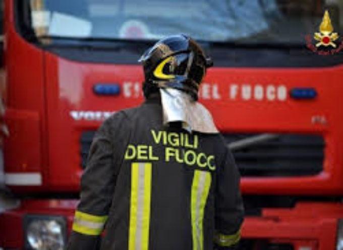 A FUOCO IL piazzale delle Cartiere Cardella a San Pietro a Vico.