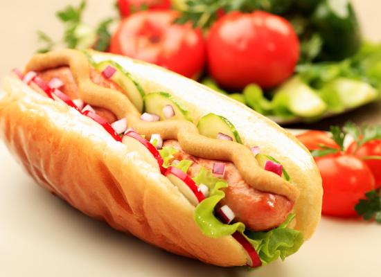 USA: migliaia di tonnellate di hot dog ritirati per contaminazione da frammenti ossei di animali.