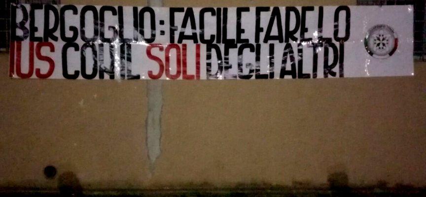 """Cittadinanza: """"Bergoglio: facile fare lo Ius col Soli degli altri"""", striscioni a firma CasaPound in tutta Italia"""