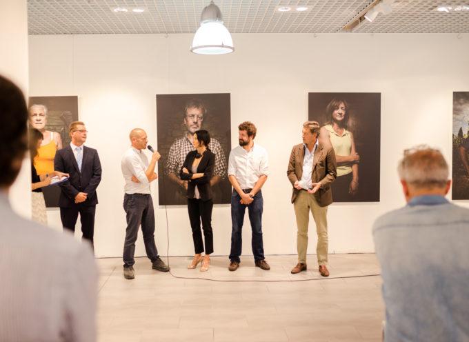 I volti e l'orgoglio dei vignaioli toscani in mostra all'aeroporto di Monaco