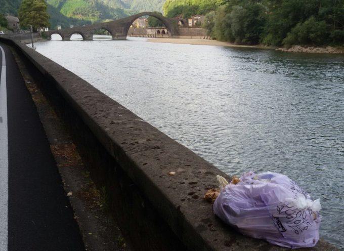 Un gesto davvero stupito e maleducato, abbandonare un sacchetto di rifiuti a pochi metri da un monumento storico come il Ponte del Diavolo