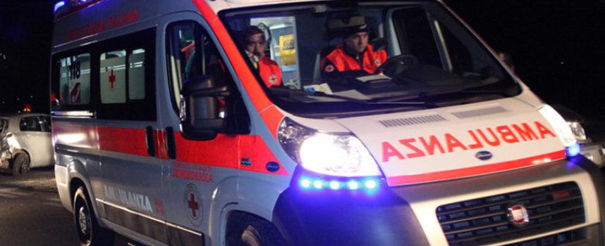 giovane donna muore nell'auto cappottata contro un albero, sulla via per camaiore