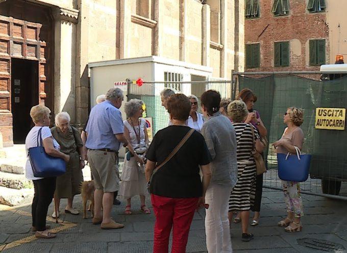 L'isola ecologica in Piazza Santa Maria Corteorlandini. provoca le proteste dei cittadini