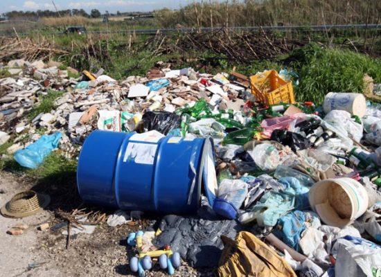 Abbandono di rifiuti a Carignano in riva al Serchio: la Polizia municipale ha individuato l'autore