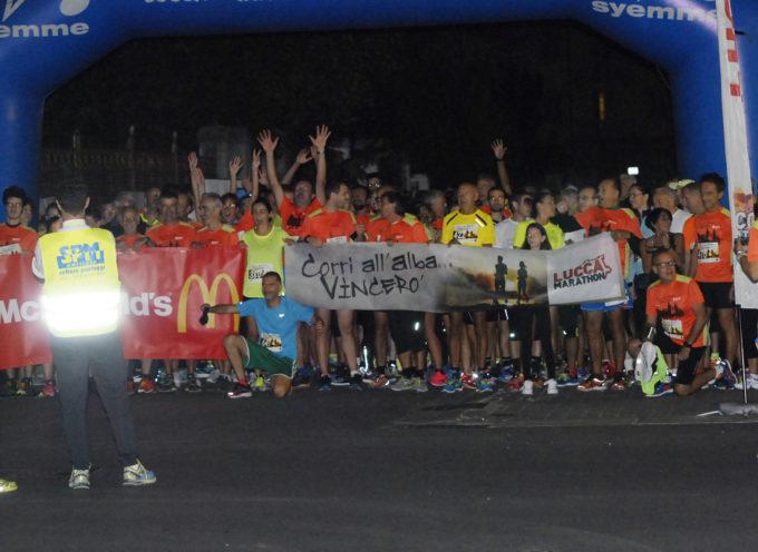 """Partecipazione record alla """"Corri all'alba…Vincerò""""! Oltre 600 podisti  alla corsa di Lucca Marathon partita alle 5 di mattina."""