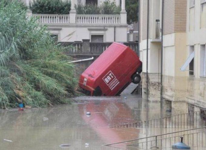 Maltempo, sette morti e due dispersi a Livorno. Città allagata