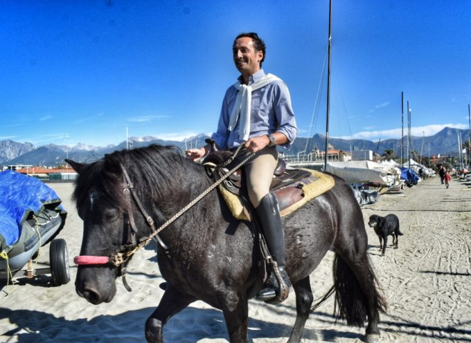 Il sindaco a cavallo per dare il benvenuto ai tuor operator