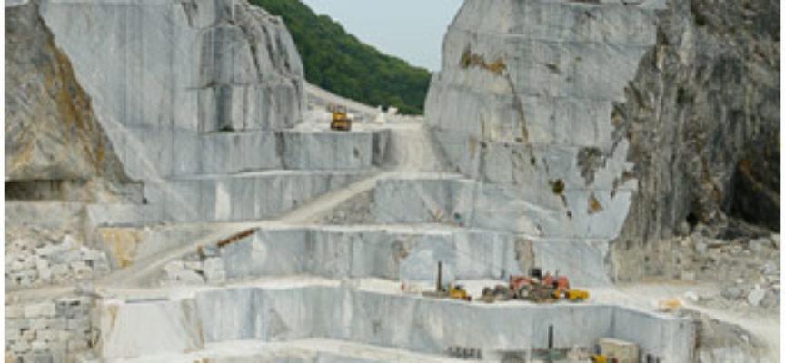 Un operaio di  40 anni è morto stamani in un deposito di marmi a Marina di Carrara.