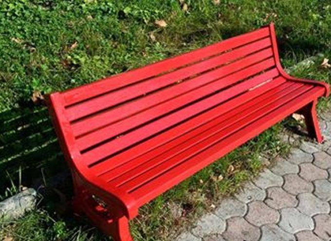 una panchina rossa a cascio